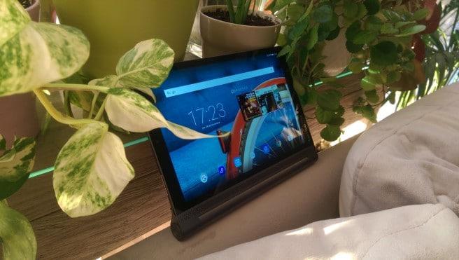 Lenovo Yoga tablet de pie