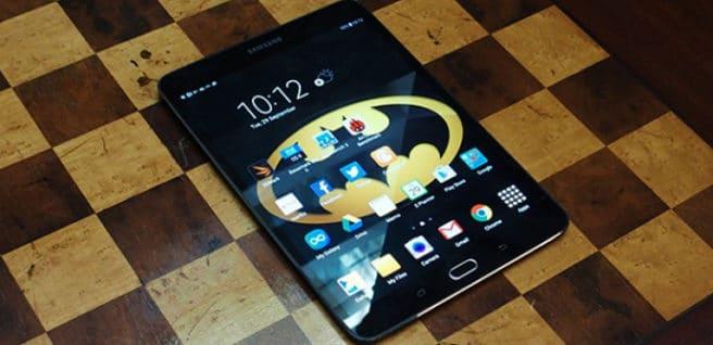 tablet Galaxy tab s2 negra sobre tablero de ajedrez