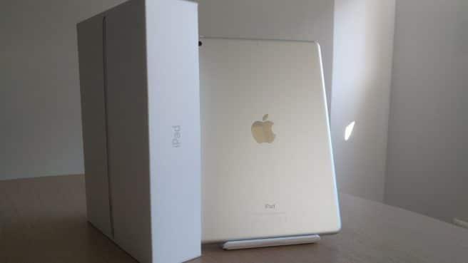 Apple iPad 2017 parte trasera con caja