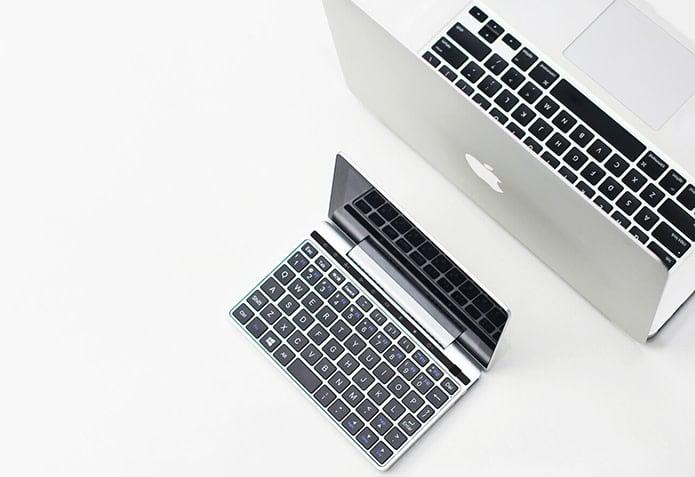 GPD Pocket 2 comparado junto a un Macbook