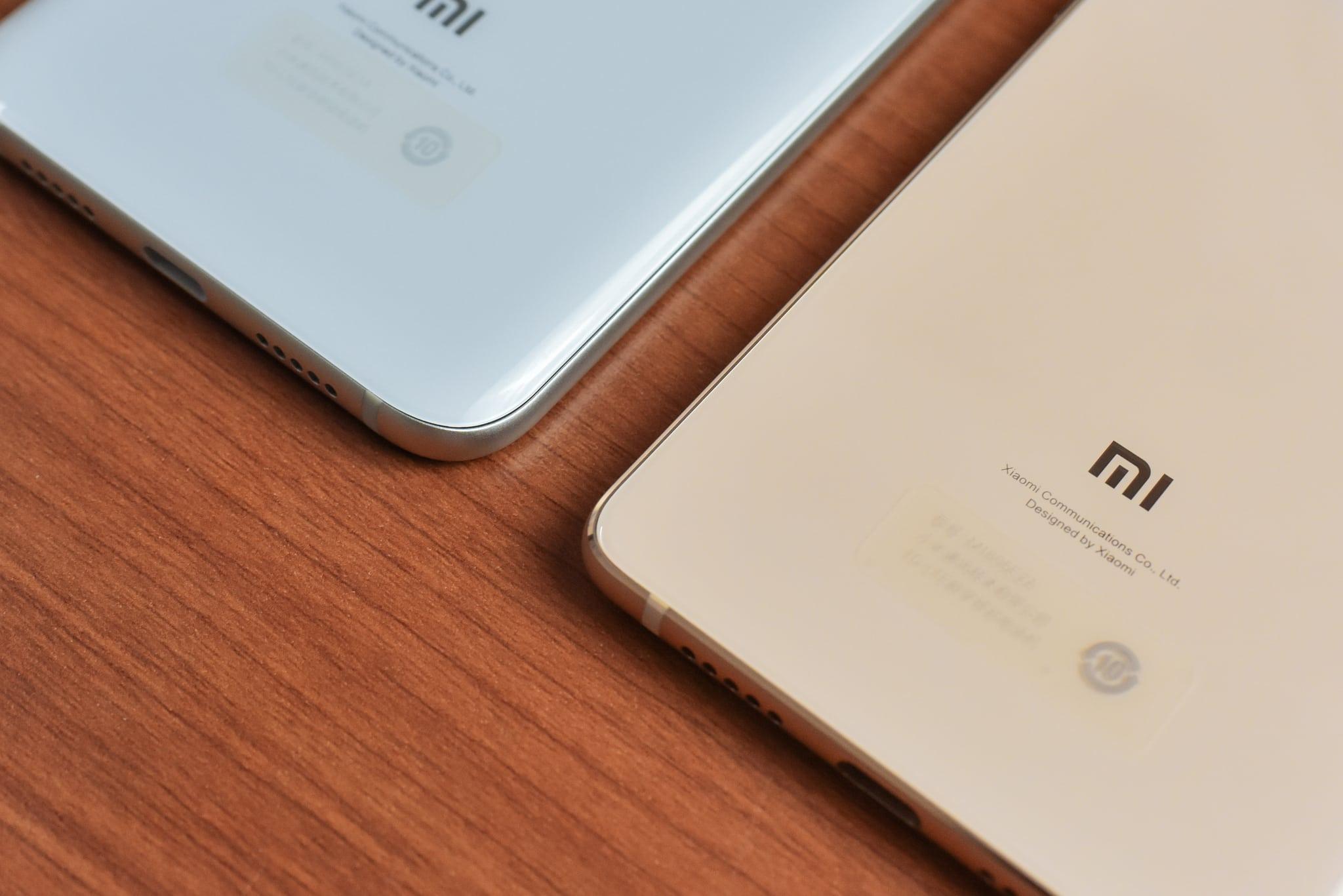 Logo de Xiaomi en la espalda de dos teléfonos